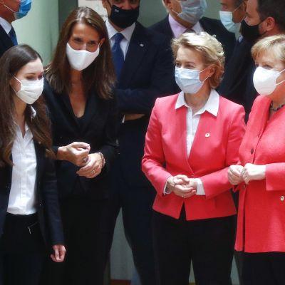 Kuvassa ovat Sanna Marin, Sophie Wilmes, Ursula von der Leyen ja Angela Merkel heinäkuussa 2020.