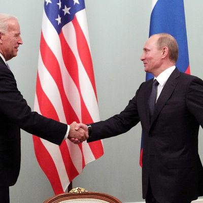 Joe Biden ja Vladimir Putin kättelevät vuonna 2011.