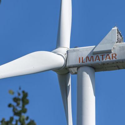 Tuulivoimalaitoksia Latamäessä Luhangassa.