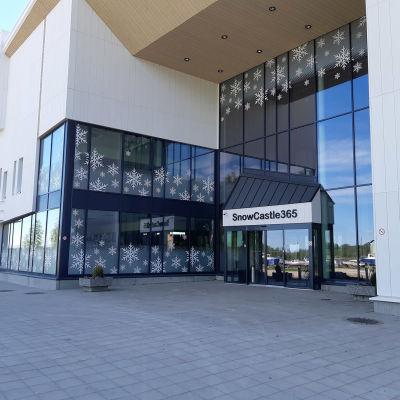Kemin Lumilinnan vastaanottorakennus ja ympärivuotinen Lumilinna.