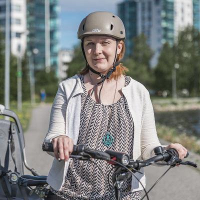 Kati Kankainen pyöränsä kanssa.