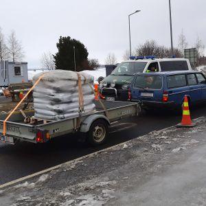 Henkilöauto peräkärryn kanssa pysäytettynä rajatarkastusta varten Torniossa Ruotsin rajalla huhtikuussa 2020.