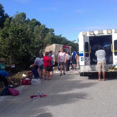 Ihmiser odottavat apua tienvarressa.