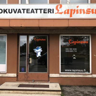 Elokuvateatteri Lapinsuun julkisivu Sodankylässä.