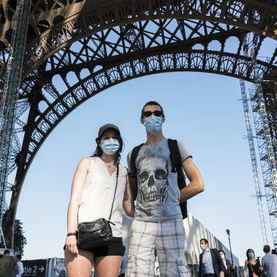 Pariisilaiset Agathe ja Remy Verrier tulivat Eiffel-torniin elämänsä ensimmäistä kertaa.