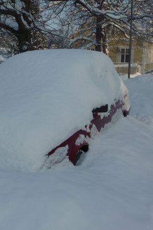 Insnöad bil i Ekenäs
