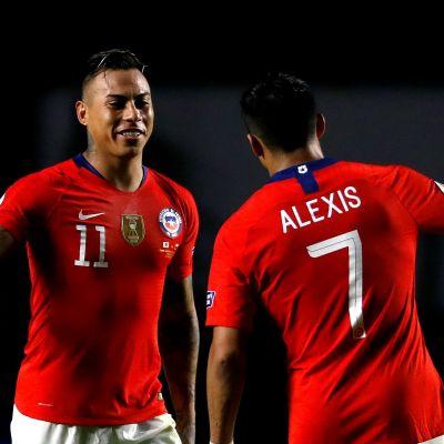 Vargas och Sanchez firar Chiles mål.
