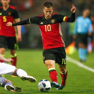 Kari Arkivuo taklaa Belgian Eden Hazardia.