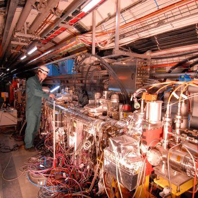 TOTEMin mittalaitteita suuren hardonitörmäyttimen tunnelissa.