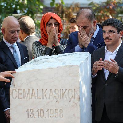 Toimittaja Jamal Khashoggin muistokiven paljastustilaisuus Istanbulissa Saudi-Arabian konsulaatin edessä.