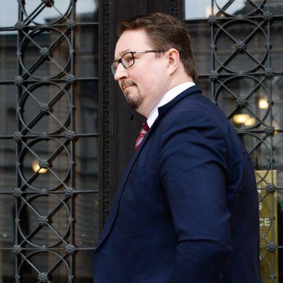 THL:n terveysturvallisuusosaston johtaja Mika Salminen saapui Säätytalossa Helsingissä järjestettyihin hallituksen neuvotteluihin 3. toukokuuta.
