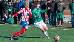 Alex Malmberg, BK-46 och Zacharias Ekström, EIF, i kamp om bollen.