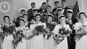 Kuvassa on ylioppilaita vuodelta 1937. Päälle piirretty jälkikäteen kukkia.