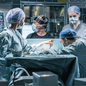 Henkilökunta työskentelee sairaalasarjan leikkaussalissa.