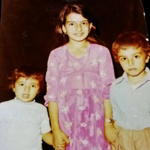 Majidin kolme sisarusta käsikkäin. Isosisko seisoo keskellä pikkuveljet vierellään