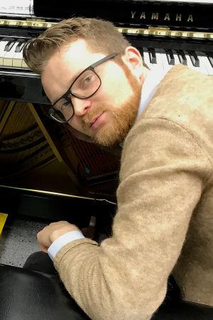 Toimittaja Riikka Holopainen ja pianisti Väinö Jalkanen.