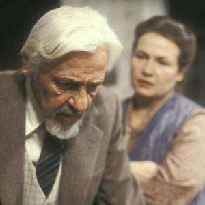 Pehr-Olof Sirén ja Anja Pohjola näytelmässä Martinin rikos