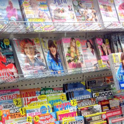 Lehtihyllyssä erilaisia aikakauslehtiä.