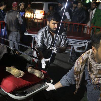Pelastushenkilöstö kuljetti itsemurhaiskussa loukkaantunutta uhria sairaalaan Kabulissa 20. marraskuuta 2018.
