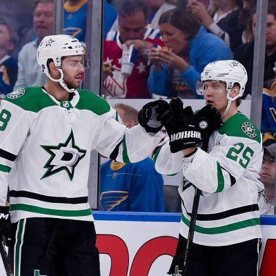 Jason Dickinson och Joel Kiviranta firar ett mål i en träningsmatch.