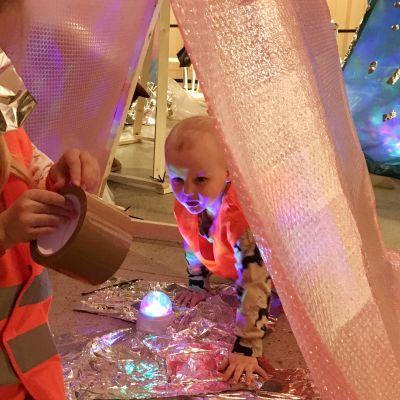 Aatos ja isosisko Frida rakensivat itse discomajan lasten festivaaleilla Espoon näyttelykeskus WG:ssä.