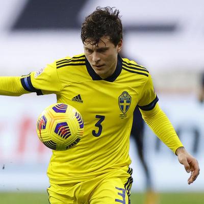 Victor Lindelöf i landskamp mot Frankrike.