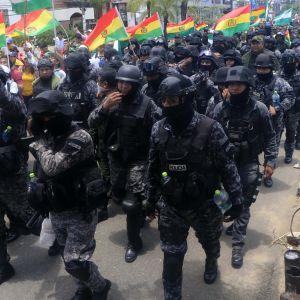Poliisijoukot yhtyivät opposition protesteihin Santa Cruzin kaupungissa.