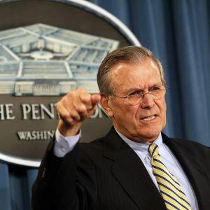Yhdysvaltain silloinen puolustusministeri Donald Rumsfeld tiedotustilaisuudessa vuonna 2004.