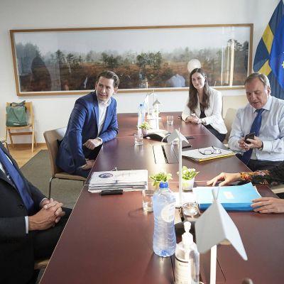 Alankomaiden pääministeri Mark Rutte, Itävallan liittokansleri Sebastian Kurz, Suomen pääministeri Sanna Marin, Ruotsin pääministeri Stefan Löfven ja Tanskan pääministeri Mette Fredriksen tapasivat EU-huippukokouksen aikana Brysselissä 19. heinäkuuta.