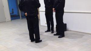Fyra personer står och pratar.