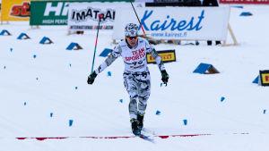 Anita Korva åker ankaretappen för Kainuun Hiihtoseura.