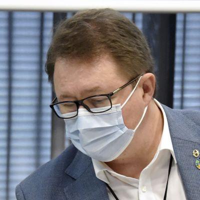 Taneli Puumalainen och Mika Salminen sitter bredvid varandra med munskydd på under en presskonferens om coronaläget.