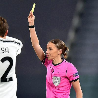 Stéphanie Frappart blev den första kvinnan att döma en Champions League-match.