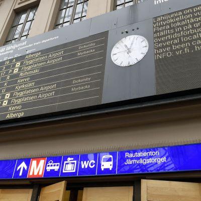Näyttötaululla kerrotaan junaliikenteen myöhästymisistä Helsingin Rautatieasemalla tiistaina.