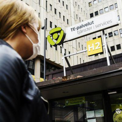 Asiakas astuu Helsingin Työllisyyden palvelutorille Pasilan TE-toimistoon heinäkuussa 2020.