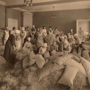 Patjojen täyttjiä Helsingissä huhtikuussa 1918.