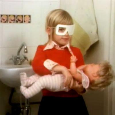 Mari näöntarkastuksessa neuvolassa Nyt kerrotaan -ohjelmassa 1974.