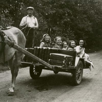 Tanssiryhmän kesäkiertue 1945 hevoskyydissä.