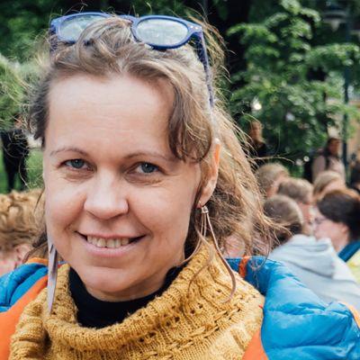 Pauliina Seppälä Illallinen taivaan alla -tapahtumassa. Seppälä on tapahtuman järjestäneen Yhteismaa ry:n jäsen.