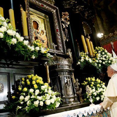Paavi Fransiscus rukoilemassa Częstochowan madonnan edessä.