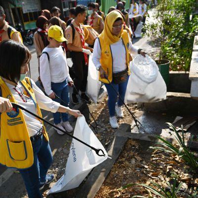 Vapaaehtoiset keräsivät roskia maailman siivouspäivänä Jakartassa, Indonesiassa 21. syyskuuta.
