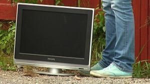 En monitor lämnad på fel ställe, vid återvinningspunkten i Ingå hamn.