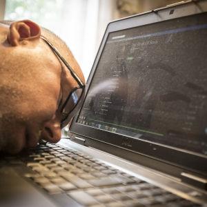 Marcus Rosenlund somnade vid datorn.