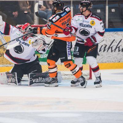 Matti Lamberg (kuvassa oikealla) kaukalossa.