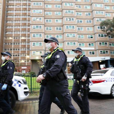 Poliisit valvovat eristettyä kerrostaloa Melborunessa