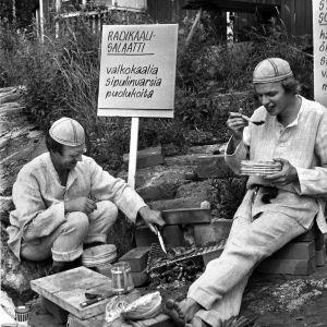 Veijo Vanamo ja Jaakko Kolmonen valmistavat radikaalisalaattia.