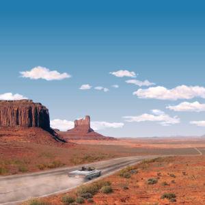 Bil i ökenlandskap. Bilden påminner om Themla & Louise-filmens affisch.