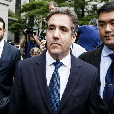 Presidentti Trumpin entinen asianajaja Michael Cohen (keskellä) poistumassa oikeusistunnosta New Yorkissa 30.5.2018.