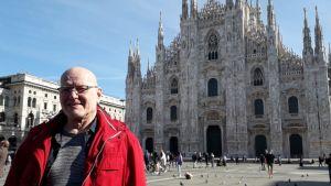 Esko Leino Duomo di Milano -katetdraalin edessä Milanossa Italiassa.