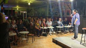 Koomikko Kaisa Pylkkänen esiintyy täydelle salille Torreviejassa.
